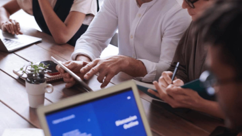 image of people using technology / bild visar människor som använder teknologi i relation till digital avtalshantering