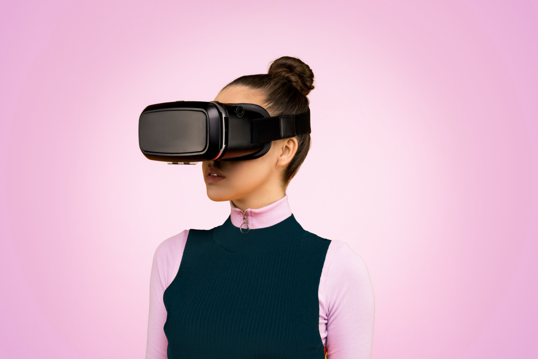 Bild visar kvinna med VR-glasögon. Det gäller att inte missa integritet och manipulation av de dokument du signerar digitalt.